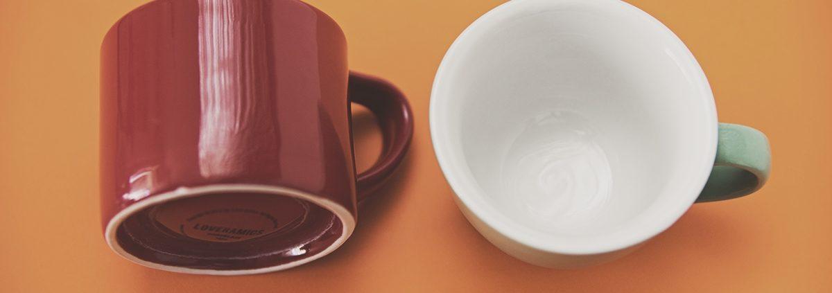 Zewnętrzny kształt filiżanki nie ma wpływu na smak kawy. Ważne jest odpowiednio wyprofilowane wnętrze //fot. własne. Filiżanki Loveramics (po lewej) i ACME&Co (po prawej)